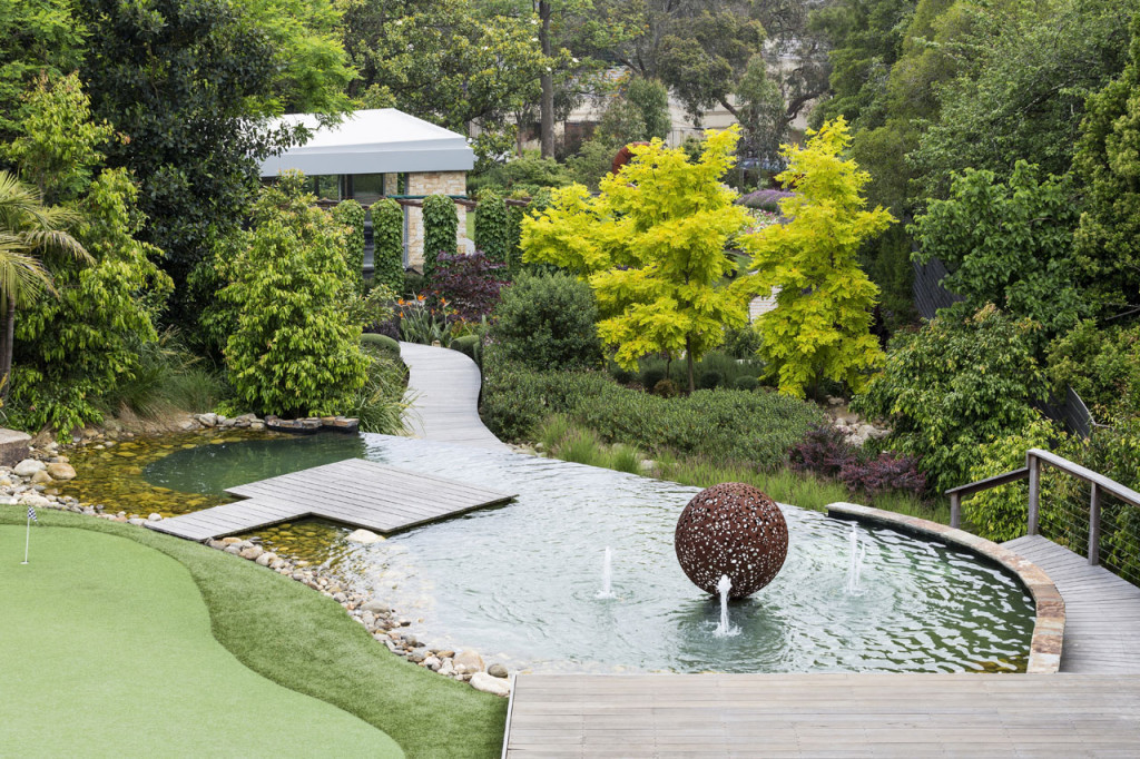A water feature in the middle of a garden